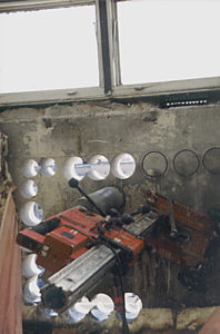 Seria odwiertów w betonie