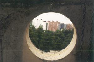 Wywiercony otwór w betonie