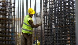 Praca na budowie budynku – montaż zbrojeń i kotew