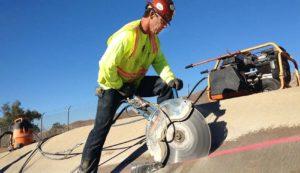 Cięcie piłą betonu – pracownik tnie wzdłuż linii